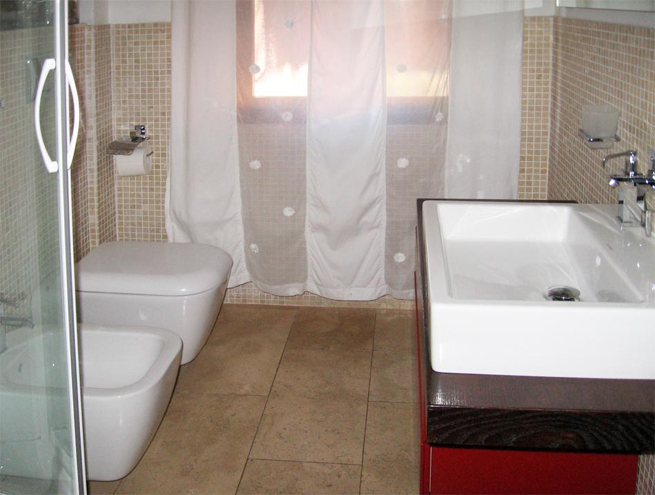 Bagno Con Doccia Mosaico : Bagno con rivestimento in mosaico pavimento a correre in travertino