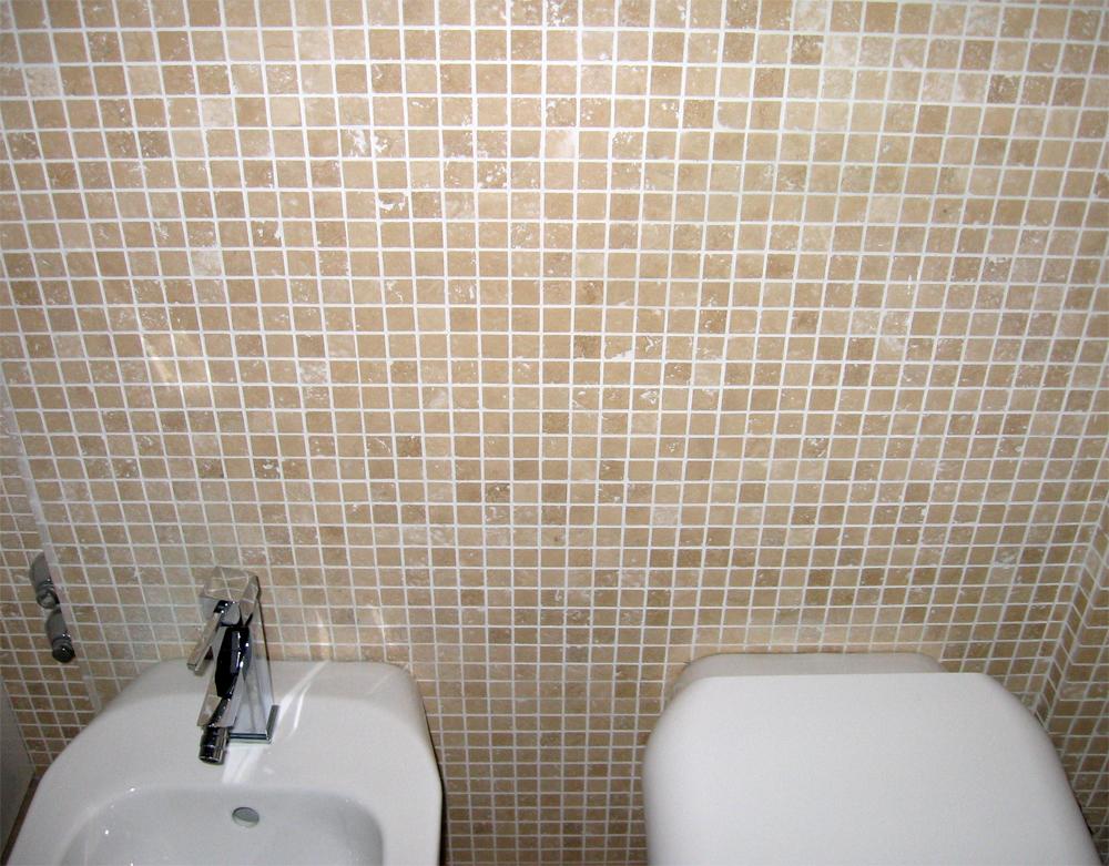 Bagno con rivestimento in mosaico pavimento a correre in