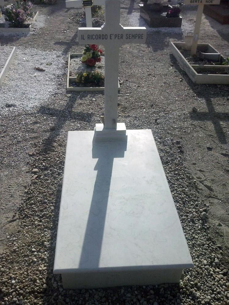 Tomba con croce