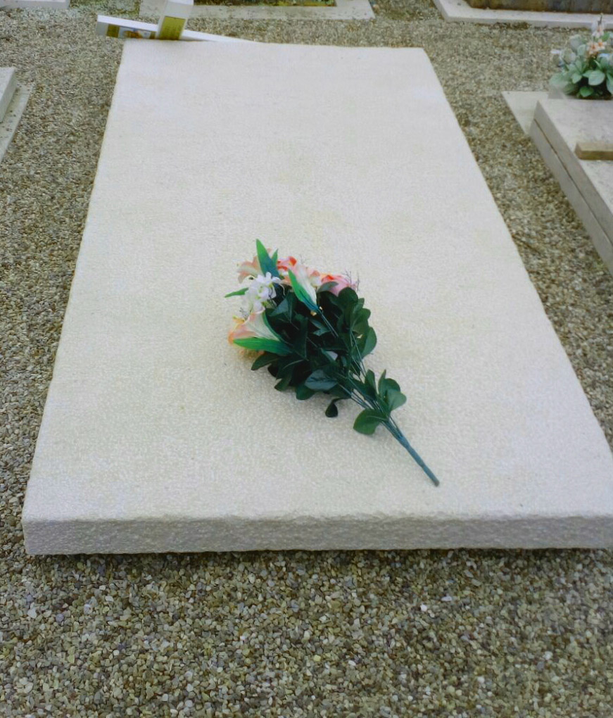 Chiselled solid Trani tombstone made by hand
